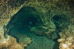 Undervattens- grottor för dykare som dyker Ginnie Springs Florida USA Royaltyfri Foto