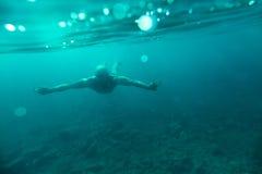Undervattens- hav för manbad royaltyfri foto