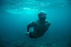 Undervattens- hav för manbad royaltyfri fotografi
