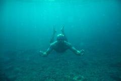 Undervattens- hav för manbad royaltyfria foton