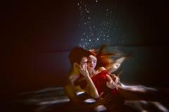 Undervattens- i pölen med det mest rena vattnet par som kramar att älska Känslan av förälskelse och closeness slapp fokus royaltyfria bilder
