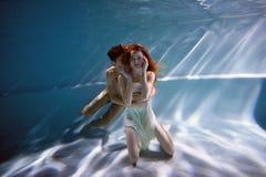 Undervattens- i pölen med det mest rena vattnet par som kramar att älska Känslan av förälskelse och closeness slapp fokus fotografering för bildbyråer