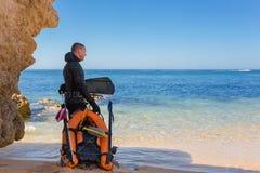 Undervattens- jägare som förbereder sig att dyka Undervattens- fiske i Atlantic Ocean Arkivbild