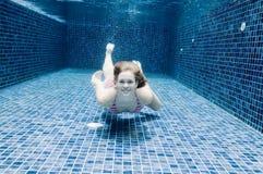 Undervattens- kvinna royaltyfria foton