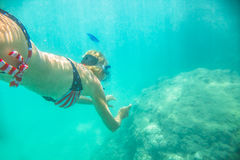 Undervattens- kvinnlig apnea Fotografering för Bildbyråer
