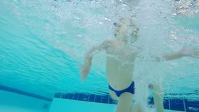 Undervattens- längd i fot räknat av ett barn som lär hur man simmar stock video