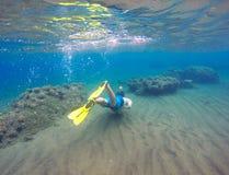 Undervattens- landskap med snorkel- och korallreven Snorkla mannen i maskering som undersea simmar Royaltyfri Foto