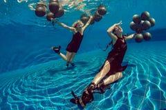 Undervattens- modefors med svarta baloons Royaltyfria Bilder
