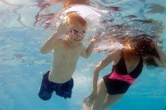 undervattens- pölplatsswimmig Arkivfoton
