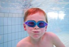 undervattens- pojkesimning Arkivfoto