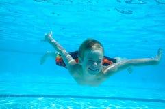undervattens- pojkesimning fotografering för bildbyråer