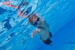 undervattens- pojkesimning Royaltyfri Foto
