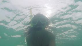 Undervattens- selfie av den unga härliga kvinnan som snorklar korallreven på djupt vatten 1920x1080 lager videofilmer