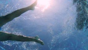 Undervattens- sikt av en mansimningbröstsim arkivfilmer