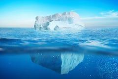 Undervattens- sikt av isberget med det härliga genomskinliga havet royaltyfria bilder