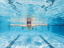 Undervattens- sikt av mannen i simbassäng arkivfoton