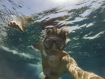 Undervattens- simmareselfie Arkivfoton