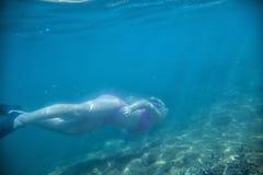 Undervattens- simning royaltyfri fotografi