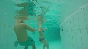 Undervattens- simning i en konstgjord ström lager videofilmer