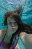 Undervattens- självstående för flicka Arkivbilder