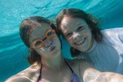 Undervattens- självstående för flickor Royaltyfri Foto