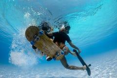 Undervattens- Skateboarding Arkivfoto