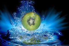 Undervattens- skiva av Kiwi Fruit med vattenbubblor Arkivfoton