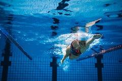 Undervattens- skott av den kvinnliga simmaren i handling arkivbild