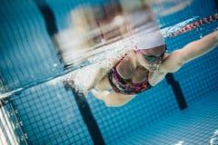 Undervattens- skott av en kvinnlig simmare royaltyfria bilder