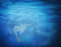 Undervattens- slut upp ståenden av en kvinna Arkivfoton
