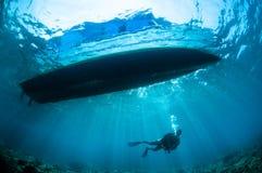 Undervattens- solsken nedanför fartyget i Gorontalo, Indonesien royaltyfri bild
