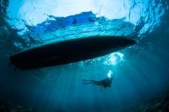 Undervattens- solsken nedanför fartyget i Gorontalo, Indonesien Arkivfoton