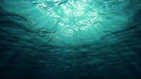 Undervattens- solstrålar i havet (öglan) lager videofilmer