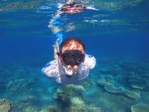 Undervattens- stående för ung man Manlig snorkel i undersea foto för tropisk lagun Royaltyfri Fotografi