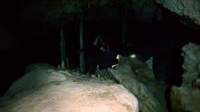 Undervattens- stalaktit i Yucatan mexikancenote lager videofilmer