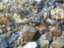 Undervattens- stenar och kiselstenar Royaltyfri Foto