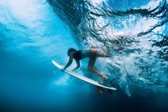 Undervattens- surfaredyk Surfgirl dyk under våg arkivfoto