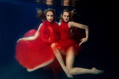 Undervattens- unga härliga flickor för ståendeot två fotografering för bildbyråer