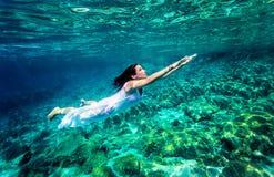 Undervattens- uppfriskande simning arkivbild