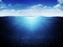 undervattens- waterline för bakgrund Royaltyfria Bilder