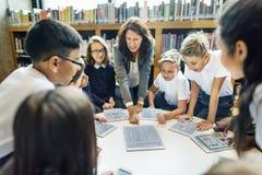 Undervisa studera arkivet som lär kunskapsbegrepp royaltyfri bild