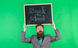 Undervisande stressig ockupation Håll arbete Lärare med ovårdat hår som är stressigt om skolårbörjan lärare royaltyfri bild