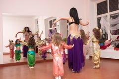 undervisar den orientaliska lärare för barndansen Royaltyfri Fotografi