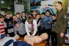 Undervisningbarn grunderna av brandsäkerhet i den Gomel regionen av Vitryssland Arkivbilder