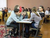 Undervisningbarn grunderna av brandsäkerhet i den Gomel regionen av Vitryssland Arkivfoto