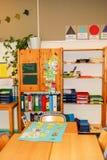 Undervisningmaterial ligger på hyllor i ett klassrum Arkivbilder