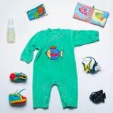 套时尚时髦材料和玩具新出生的婴孩的underwa的 免版税库存图片