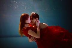 Underwater в бассейне с чисто водой пары обнимая любить Чувство влюбленности и сомкнутости сфокусируйте мягко Стоковая Фотография RF