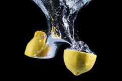 Underwater del limone isolato su fondo nero Fotografia Stock Libera da Diritti