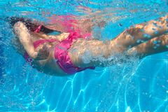 Underwater little girl swimming in pool Stock Photography